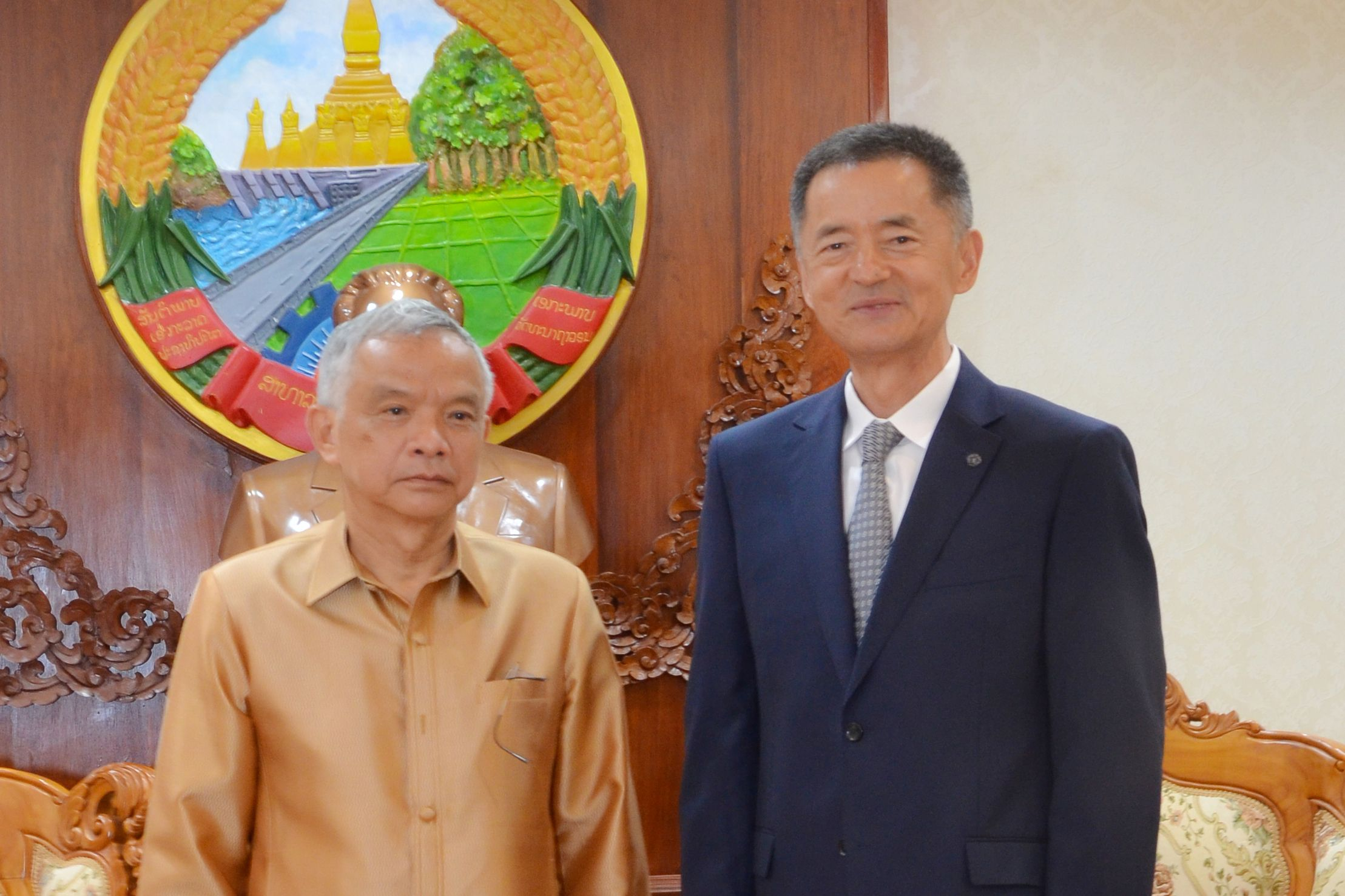 Mr Wang Jianhua, Chairman of Chifeng Jilong Gold, visits H.E. Sommad Pholsena, Vice President, National Assembly, and Vice Minister for Energy and Mines, Thongphat Inthavong, in Vientiane, Laos